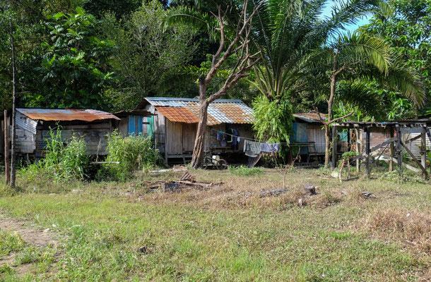 Auf der gegenüberliegenden Seite des Longhouse, befinden sich kleine Hütten direkt am Fluss