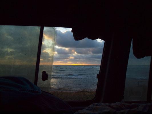 Den Sonnenuntergang kann man auch vom Auto aus beobachten.. im Bett
