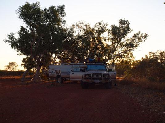 Einer unser Schlafplätze irgendwo im nirgendwo, mit Anhänger, bei Sonnenuntergang