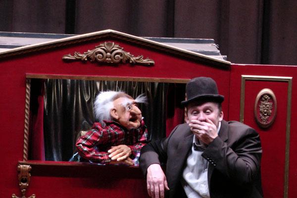 Spectacledemagie-interactionpublic-magicien-mime-spectaclepourenfants-theatre-centredeloisirs-CE-marionnette-Tours-Blois-Poitiers-Chateauroux-Angers-Indreetloire-regioncentre-Luciolespectaclesproduction