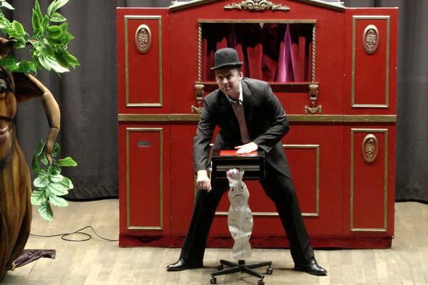 Spectacledemagie-magielapin-interactionpublic-magicien-mime-spectaclepourenfants-theatre-centredeloisirs-CE-marionnette-Tours-Blois-Poitiers-Chateauroux-Angers-Indreetloire-regioncentre-Luciolespectaclesproduction