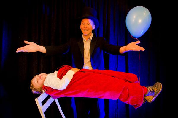 StephenLucy-magicien-Tours-37-RégionCentre-spectacledemagie-spectaclepourenfant-levitatione-magicienprofessionnel-mariage-arbredeNoël-lévitation-public