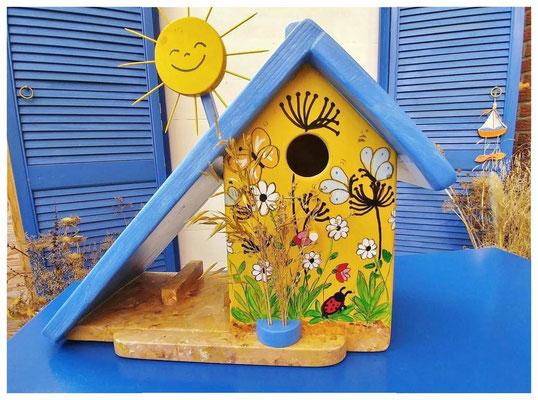 Vlinderhuisje, geel nestkastje, blauw dak, leuk vogelhuisje