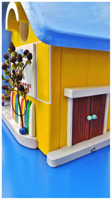 Vogelhuisje Melissa, geel huis met blauw dak, Restaurant Grill Melissa, entree, deur