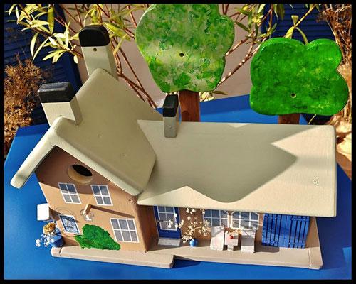 Houten voederhuisje, Model Heel Persoonlijk, met persoonlijk herinnering, vogelvoederhuisje, kleuraccenten , boerderij,  bovenaanzicht