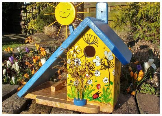 Vlinderhuisje, geel nestkastje, blauw dak, mooi vogelhuisje