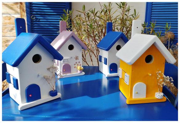 Handgemaakte nestkastjes in wit, geel en lila met kleuraccenten, leuke vogelhuisjes om te kopen