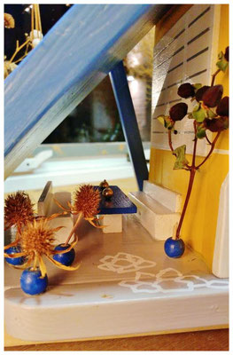 Vogelhuisje Melissa, geel huis met blauw dak, Restaurant Grill Melissa, terrasje aan huis