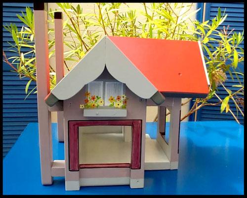 Houten voederhuisje, Model Heel Persoonlijk, met persoonlijk herinnering, vogelvoederhuisje, kleuraccenten , ouderlijk huis, voorkant