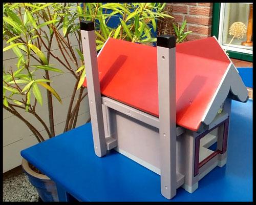 Houten voederhuisje, Model Heel Persoonlijk, met persoonlijk herinnering, vogelvoederhuisje, kleuraccenten , ouderlijk huis, achterkant