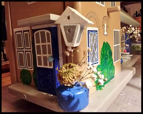 Houten voederhuisje, Model Heel Persoonlijk, met persoonlijk herinnering, vogelvoederhuisje, kleuraccenten , boerderij,  zijaanzicht