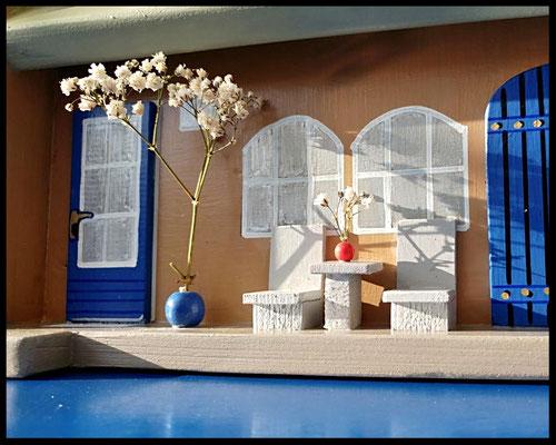 Houten voederhuisje, Model Heel Persoonlijk, met persoonlijk herinnering, vogelvoederhuisje, kleuraccenten , boerderij,  voorkant