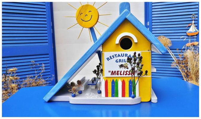 Vogelhuisje Melissa, geel huis met blauw dak, Restaurant Grill Melissa, voorkant