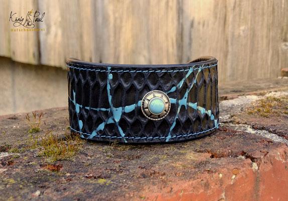 Rinderleder mit Echsenprägung und Farbklecksen Für weitere Halsbänder verfügbar.