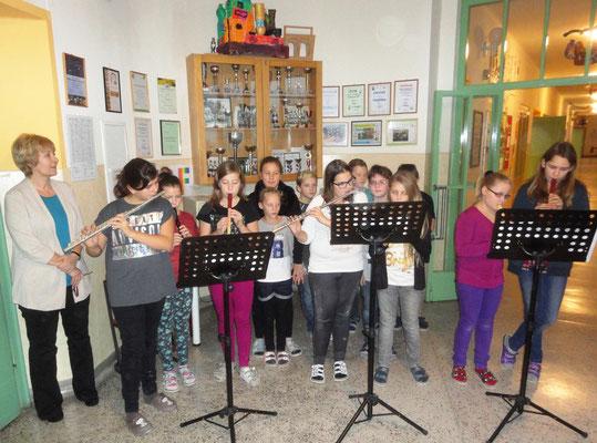 Die 1.NMS-Klasse begrüßte unsere Gäste musikalisch.