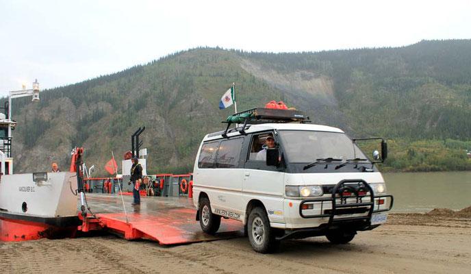 "Fähre über den Yukon / ferry across Yukon to ""Top of the world highway"""