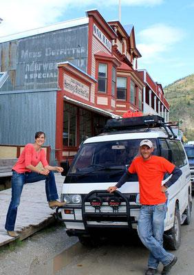 Yeti und wir in Dawson City / Yeti and us in Dawson City