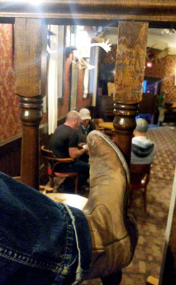 Charters Towers Stiefel in Dawson City saloon / Charters Towers boots in Dawson City saloon
