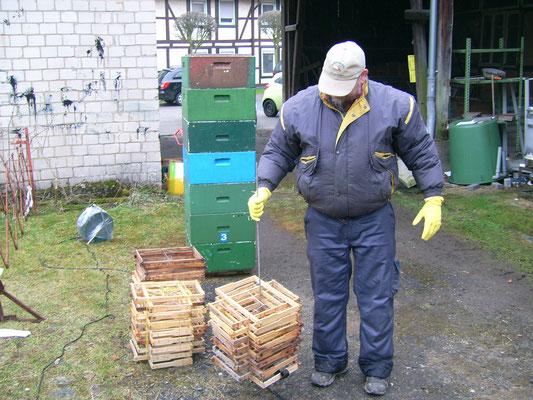 Rähmchen werden für den Tauchganng vorbereitet.