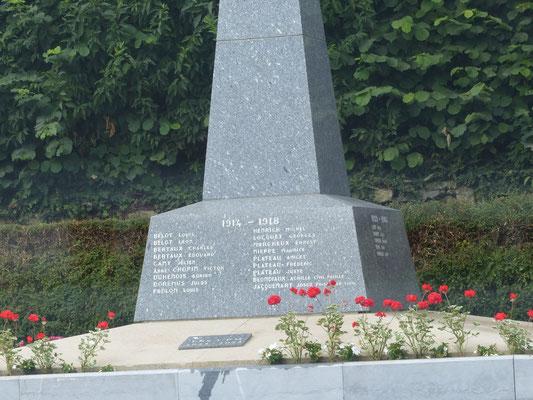 monument aux morts fleuri