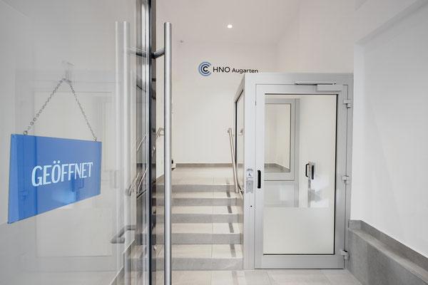 Eingang mit Rollstuhllift