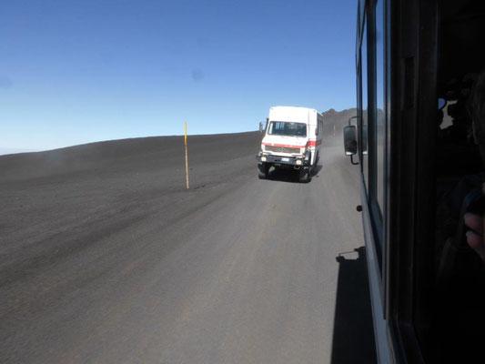 mit Unimogs geht es dann bis auf 3.000 Meter über dem Meer