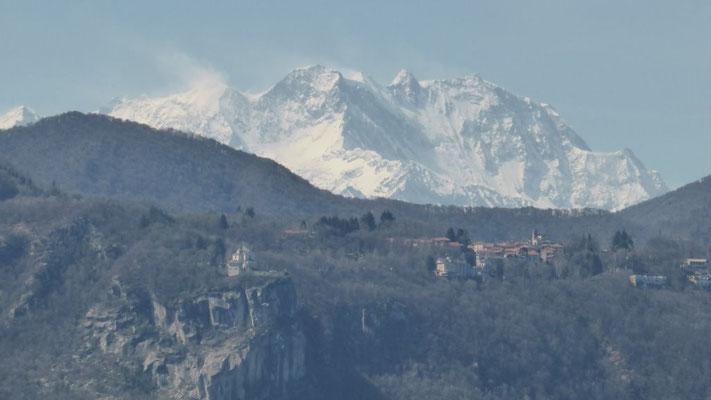 Blick auf das Monte Rosa-Massiv, im Vordergrund Kirche Madonna del Sasso