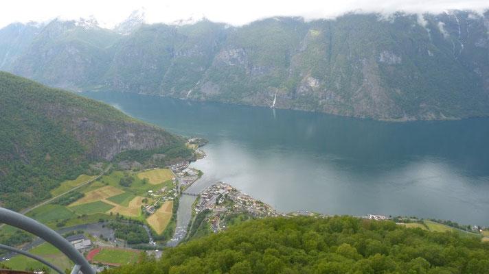 Blick auf Aurland am gleichnamigen Fjord