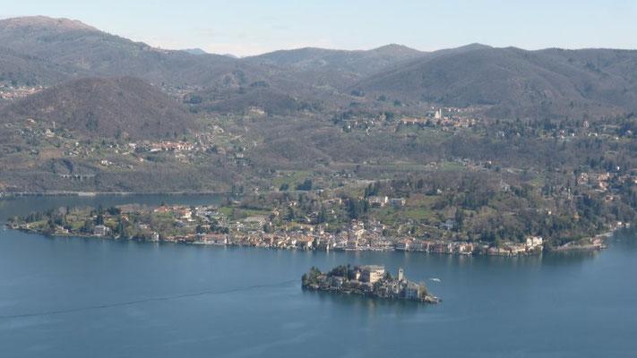 Blick von Madonna del Sasso auf den Orta-See