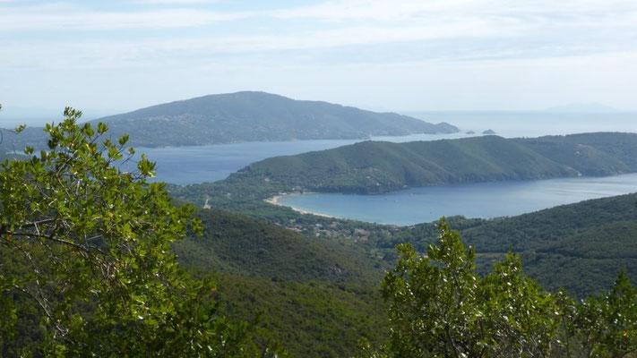 Blick auf die Bucht von Lacona - dahinter der Bike-Park Calamita-