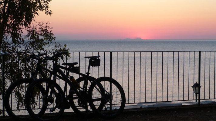 unsere Terrasse am CP Rais Gerbi bei Sonnenaufgang