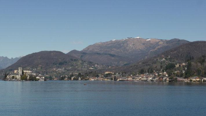 Orta-See mit Monte Mottarone im Hintergrund