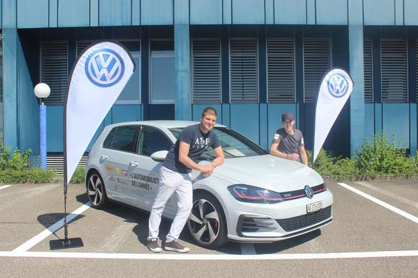 Christian Härri (27) und Fabian Hug (24) vor dem Hauptpreis: ein Jahr VW Golf GTI fahren.