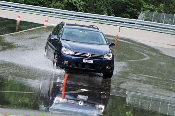 Méchant : les voies humides et l'asphalte  plus ou moins adhérente réservent des  surprises aux automobilistes.