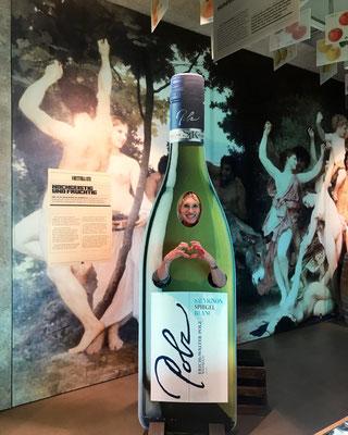 Der Geist des Weines, oder so ... . Im Genussregal bekommt der Spass viel Raum.