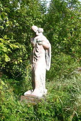 Цементная копия скульптуры Клавдии Терентьевой «Материнство» на участке в Тярлево
