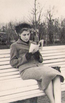 Молодая заведующая школьной библиотекой в родном Павловске. Сквер Победы. 1958 г.