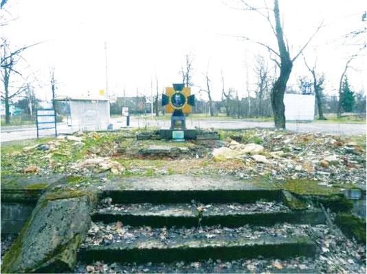 Поминальный крест, установленный на фундаменте разрушенной часовни в 2011 году