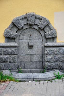 Бывший фонтан-источник отражает стиль сталинского ампира
