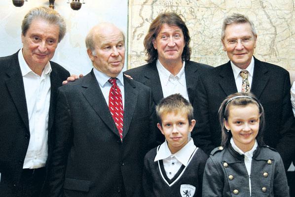 Вениамин Смехов, Сергей Некрасов, Олег Митяев с детьми и Давид Тухманов в 2009 году