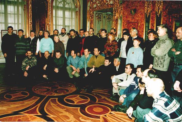 Коллектив Царскосельской янтарной мастерской с гостями из Японии в Янтарной комнате. 2007 г.
