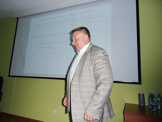 Начальник ВМПИ, профессор Е. И. Якушенко во время конференции отвечает на вопросы