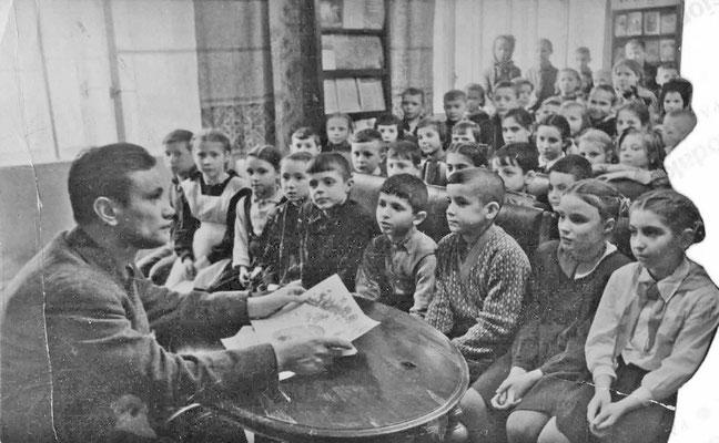 Сергей Погореловский выступает перед своими читателями в библиотеке Ленинграда. 1952 г.