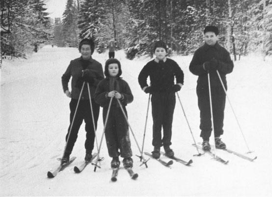 Семья Жихаревичей на лыжной прогулке в Александровском парке. 1960-е гг.