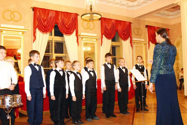 Хор музыкальной школы «Лицеисты» (рук. Е. Клевцова) выступает в Большом зале Мемориального Музея-Лицея
