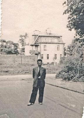 Георгий Федорович, отец Татьяны Малашенко, на ул. Труда, у дома на Новой улице. Конец 1950-х гг.