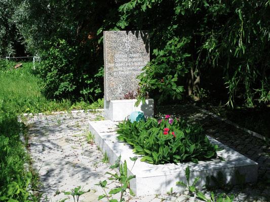 Место захоронения бойца Красной Армии на территории храма
