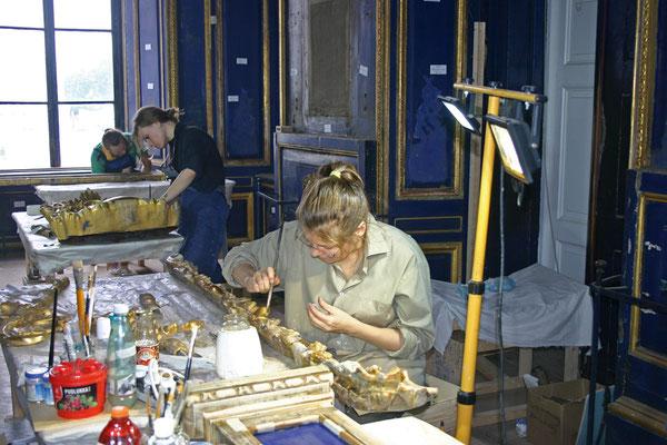 Позолотчики Царскосельской янтарной мастерской работают над расчисткой и укреплением элементов декора Дворцовой церкви. Сентябрь 2017 г.