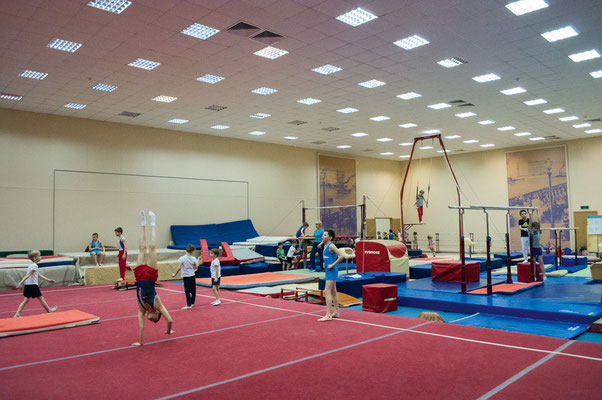 На гимнастическом ковре нет «зон безопасности», у батута нет поролоновой ямы