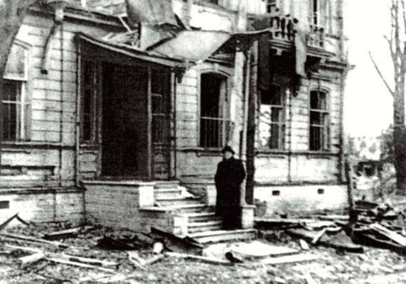 Алексей Толстой у полуразрушенного дома на Пролетарской улице. 1944 г.